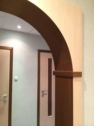 Детально показана нестандартная глубина и комбинированный шпон венге / беленый дуб закругленной части межкомнатной арки Т7.